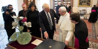 Qué regalos intercambiaron Donald Trump y el papa Francisco en el Vaticano