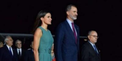 Los reyes de España llegaron a la Argentina, pero tuvieron que esperar una hora adentro del avión
