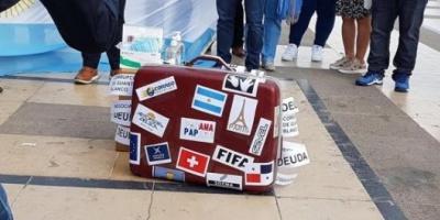 Argentinos residentes en Francia repudian la presencia de Macri en París